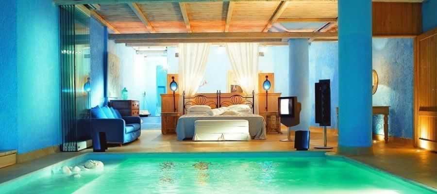 Suite romântica com piscina interior privativa?  Tem mesmo de ver...